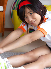 Yuzuki Hashimoto Asian does gym exercises and enjoys ice cream